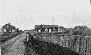 Kittilä oli Lapin kihlakunnan keskuspaikka ja tässä kuva kruununvoudin virkatalosta v. 1913 kirkonkylän keskustassa.  Tässä talossa kohtasivat kruununvouti ja merimiehet syyskesällä 1869  ja siitä sai alkunsa kultahistorian ensimmäinen ja sitkeä riita. Kuva Matkailulehdestä 6/1913.