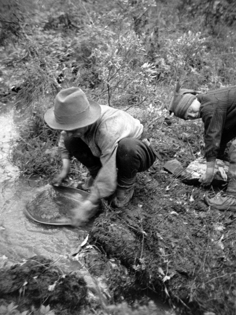 Purnumukan saamelaisa kulapurolla 1933 tai 1934. Kuva Max Peronius.