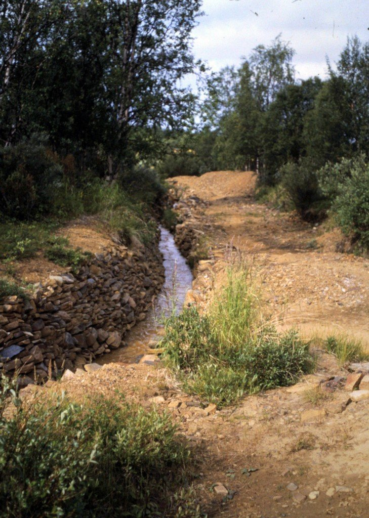 Jaakko Isolan rakensi taidokkaat rivinteeraukset suojaamaan kaivupaikkaansa eroosiolta.