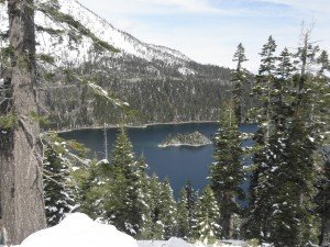 Lake Tahoen maisemia järven eteläosassa. Kaikki tämä lumi on satanut muutaman viime päivän aikana maalis- ja huhtikuun vaihteessa.