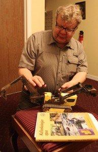 Raimo sai konekiimsn kultamessuilla ja tässä hän harjoittelee konekaivua.