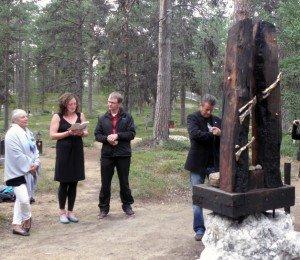 Solega, Jenny, Jouko Korhonen ja Kai Rantanen kiinnittävät Petronellan muistolaattaa Inarin hautasumaalla.