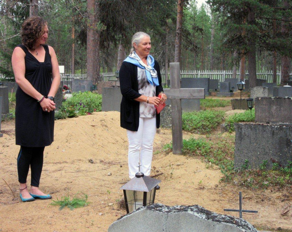 Solange van der Moer ja Jennifer O`Connor aloittavat Petrenolla tuhkien levittämisen vanhojen ystävien vierelle..