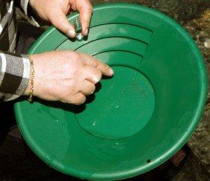 Tästä hetkestä haaveilee moni aloitteleva kullankaivaja; kultaa vaskoolissa. Nämä kourat ovat pitäneet vaskoolia ennekin, katsopa oikean käden hippukorua!