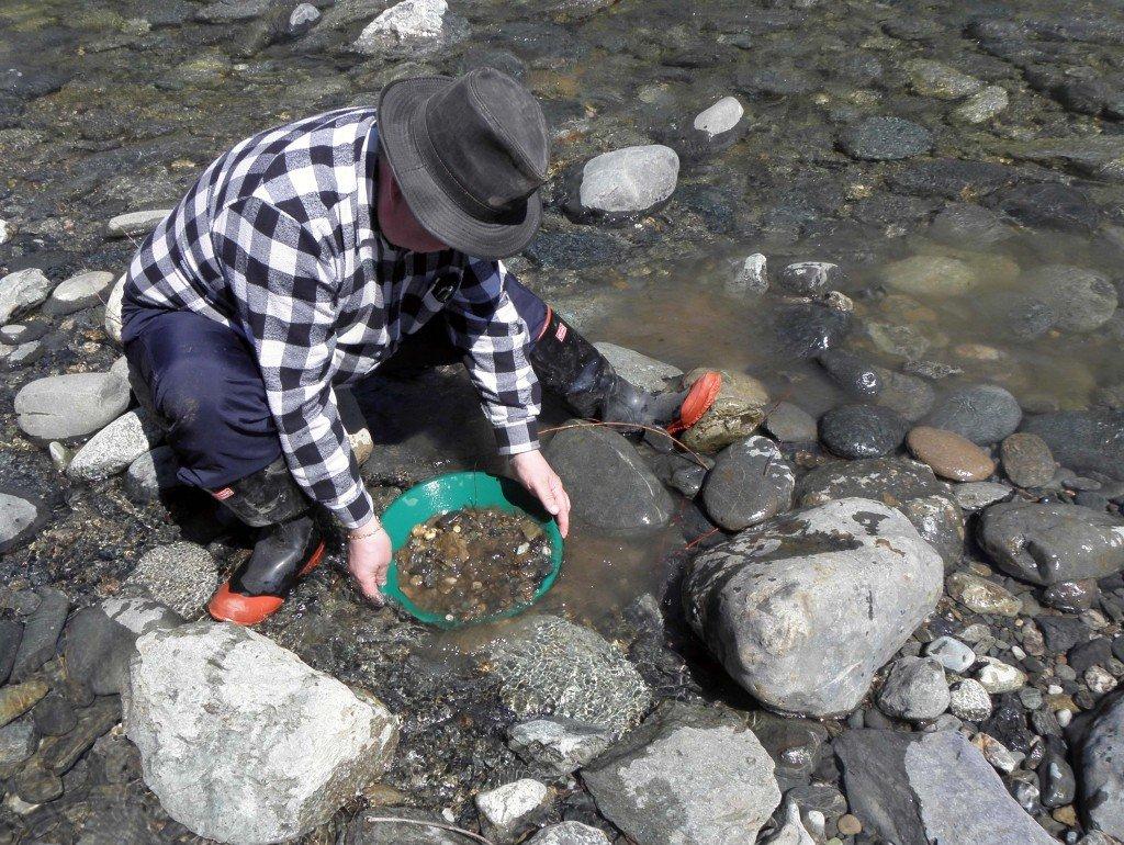 Kalifornian vanhoilla kulta-alueilla vaskaaminen on saliittuaq lähes kaikilla retkeily- ja ulkoilualueilla.  Meilläkin saa Metsähallitukselta luvan vaskoolin käyttöön  erä- ja kalaretkillä.