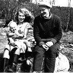 Linnea ja Jalmari Hepo-oja vauvoineen Lemmenjoen Miessillä 1950-luvun alussa.  Kuva Viljo Mäkipuro/Kultamuseo